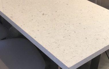 Tampo de Mesa em Quartzo Silestone Bianco Rivers